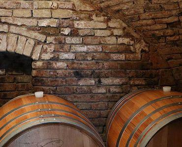 Hölzerne Weinfässer im Keller