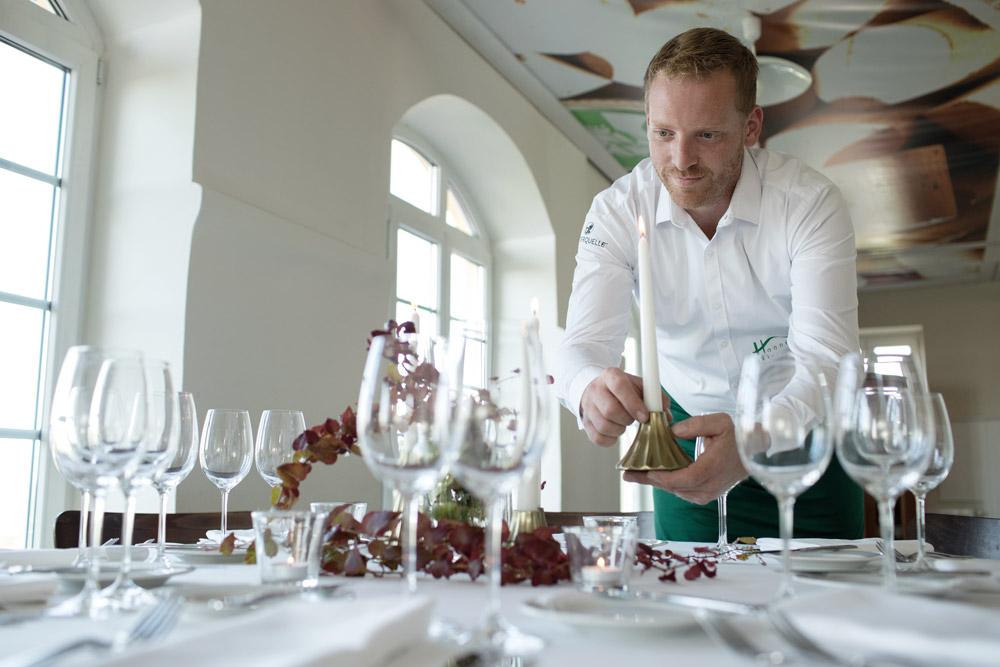 Kellner deckt einen Tisch