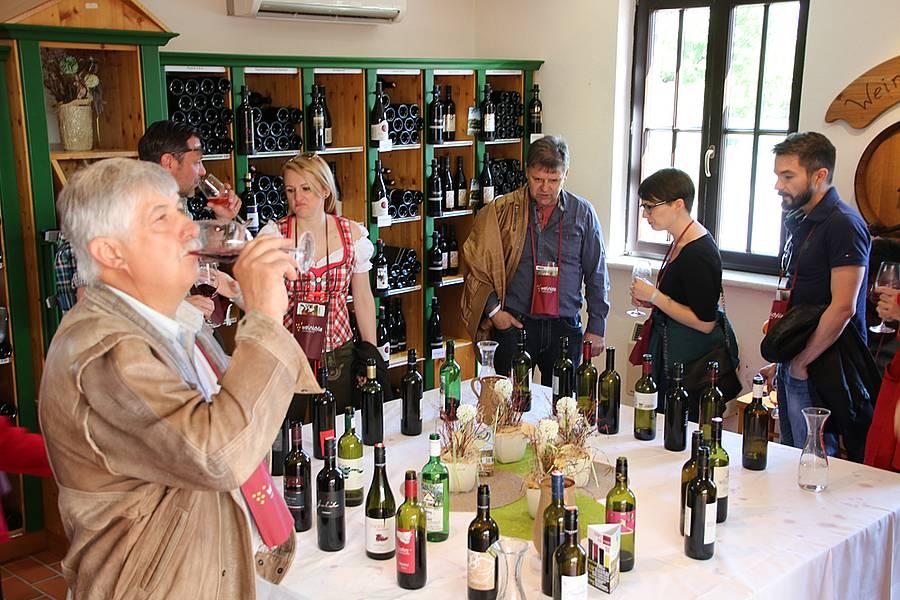 Leute verkosten Wein in einer Vinothek